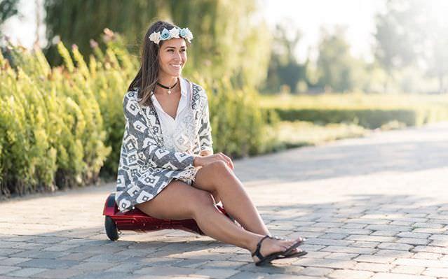 Fiatal lány ül egy hoverboardon